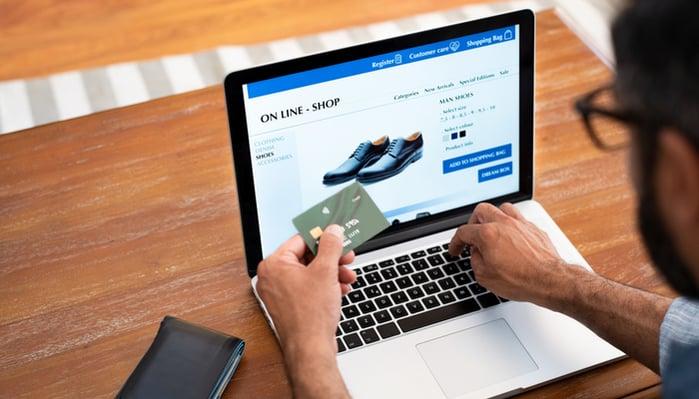 Blog-Solucionweb-Es-un-hecho-Tu-grupo-objetivo-ahora-compra-en-internet-tres